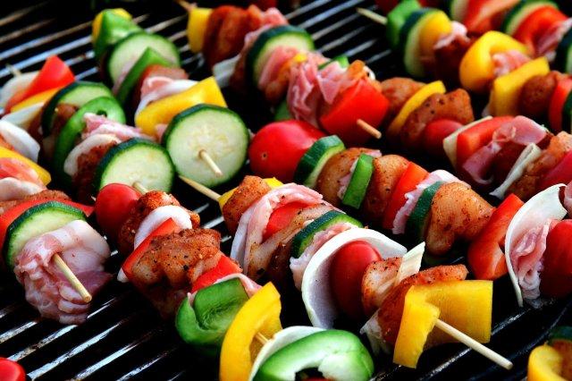 grillspett med grönsaker och shish kebab