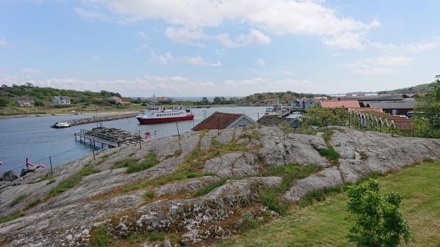 Utsikt över havet med båtar och bryggor
