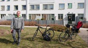 Johan bredvid våra cyklar på en bostadsgård